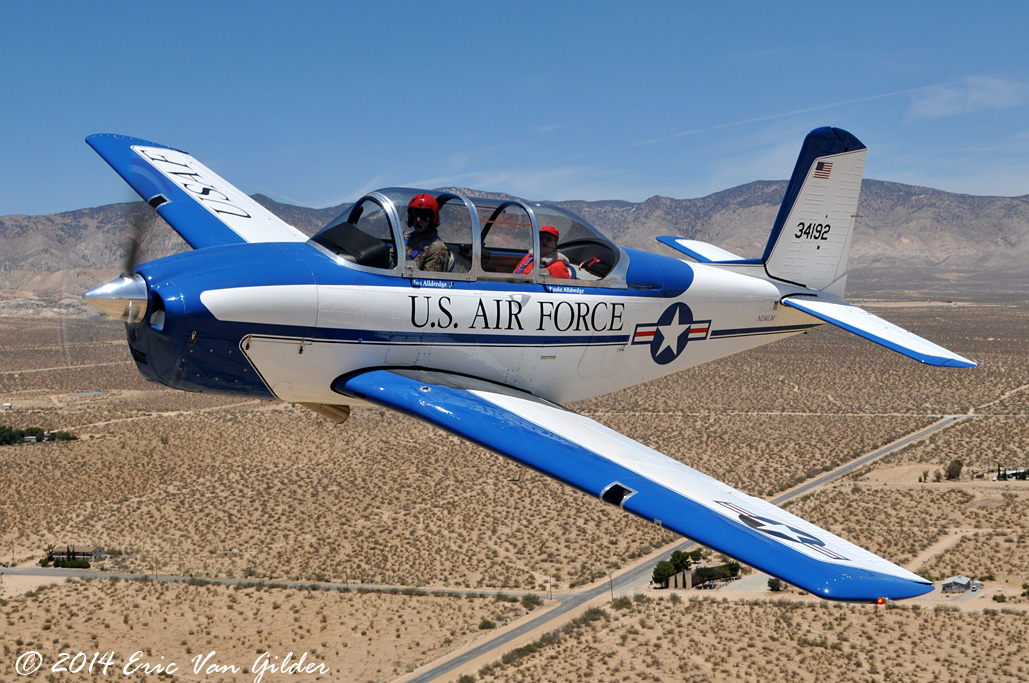 Ron Alldredge in hos T-34 over Mojave Airport.